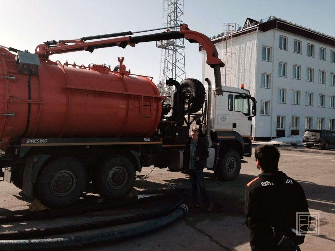 Vacuum Truck With Boom Side (Operation View)